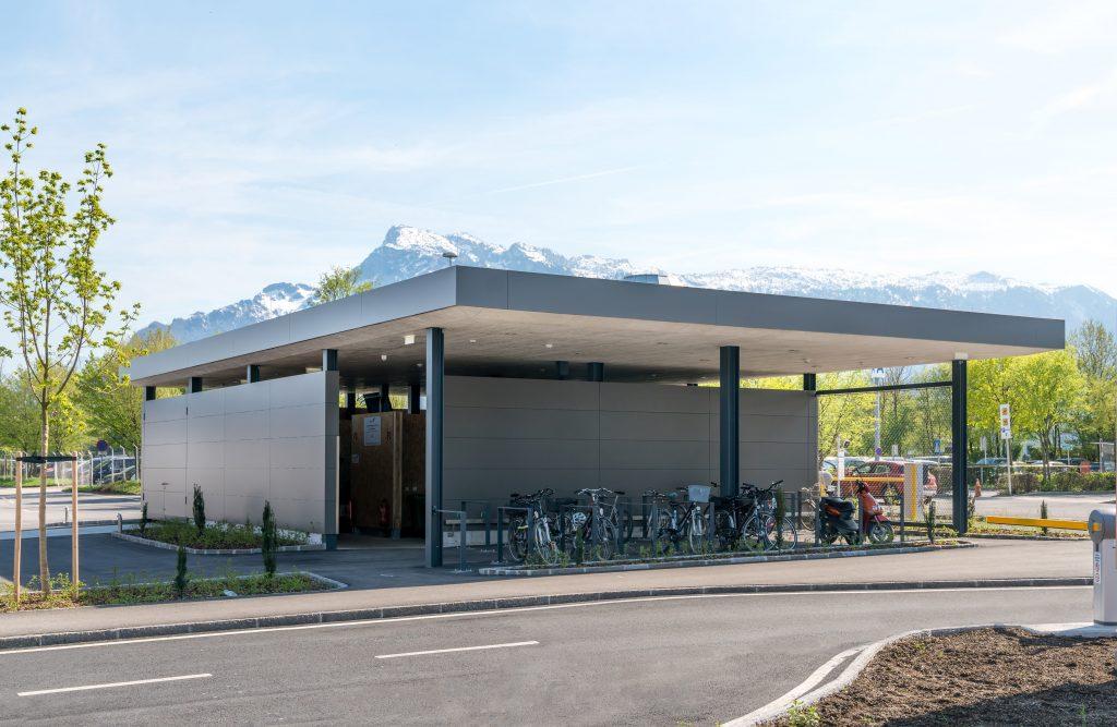 Flughafenarchitektur Salzburg - zentrale Wertstoffsammelstelle mit Fahrradabstellplatz